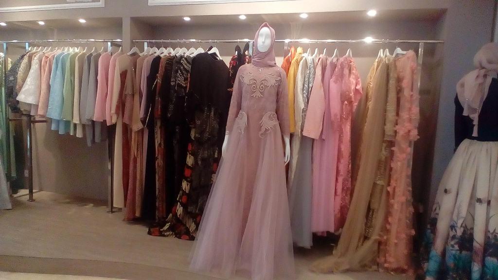 The Lady Manjakan Shopaholic Dengan 30 Brand Desainer